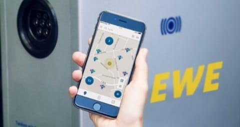 Finden Sie mit der EWE eMobility-App ganz einfach Stromtankstellen in Ihrer Nähe.