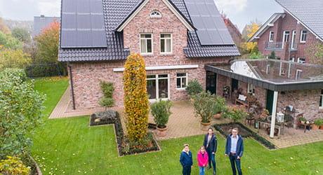 Familie Meistermann und Ihr EWE Stromspeicher mir einer Solaranlage auf dem Dach