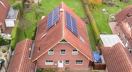 Familie Rieken und Ihr EWE Stromspeicher mt einer Solaranlage auf dem Dach